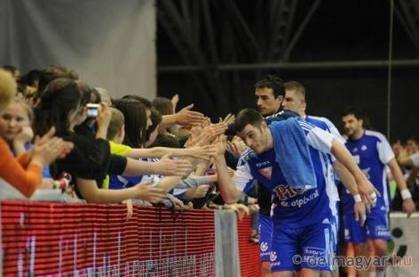 Niko Mindegía saluda a los aficionados de la grada